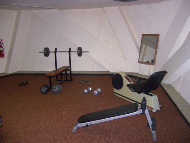 The inexplicable exercise room in the 4-meter. Preserved perfectly to reflect the spirit of 1981.